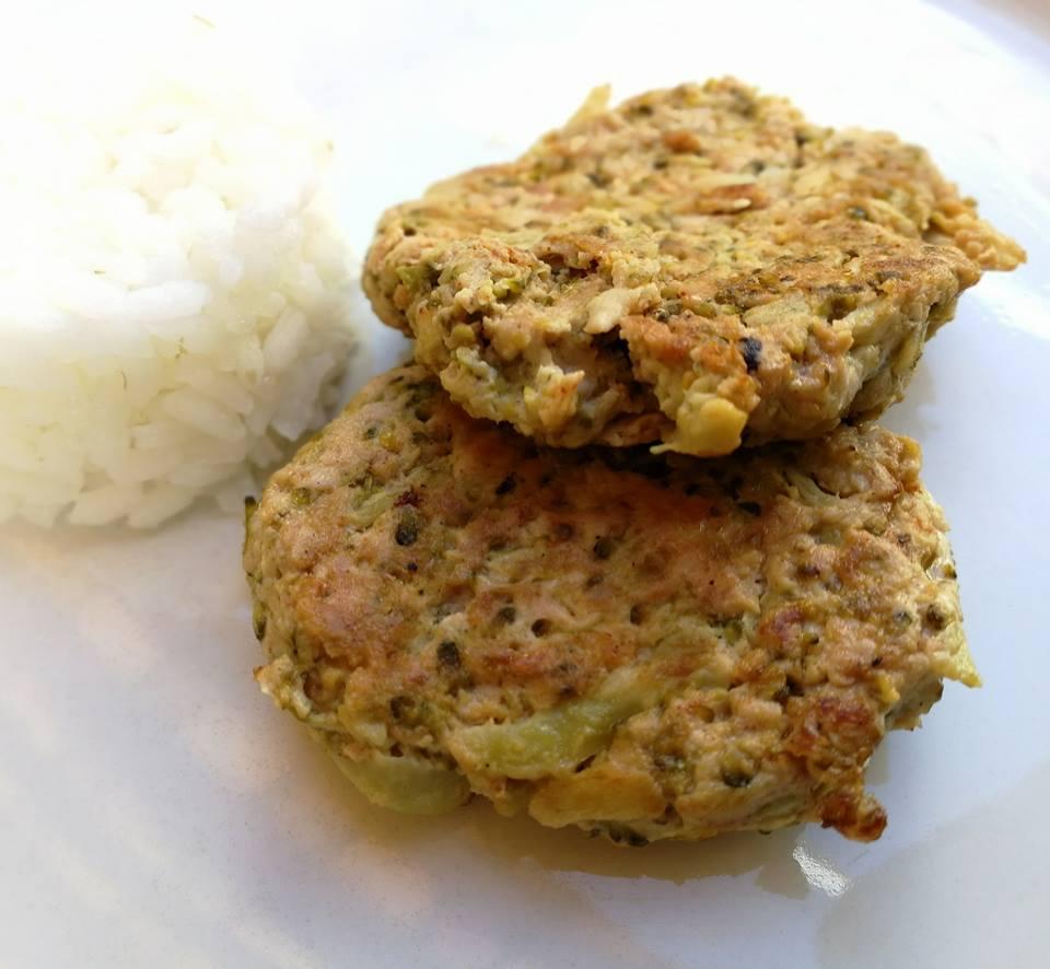 Hamburguesa de pollo y brócoli
