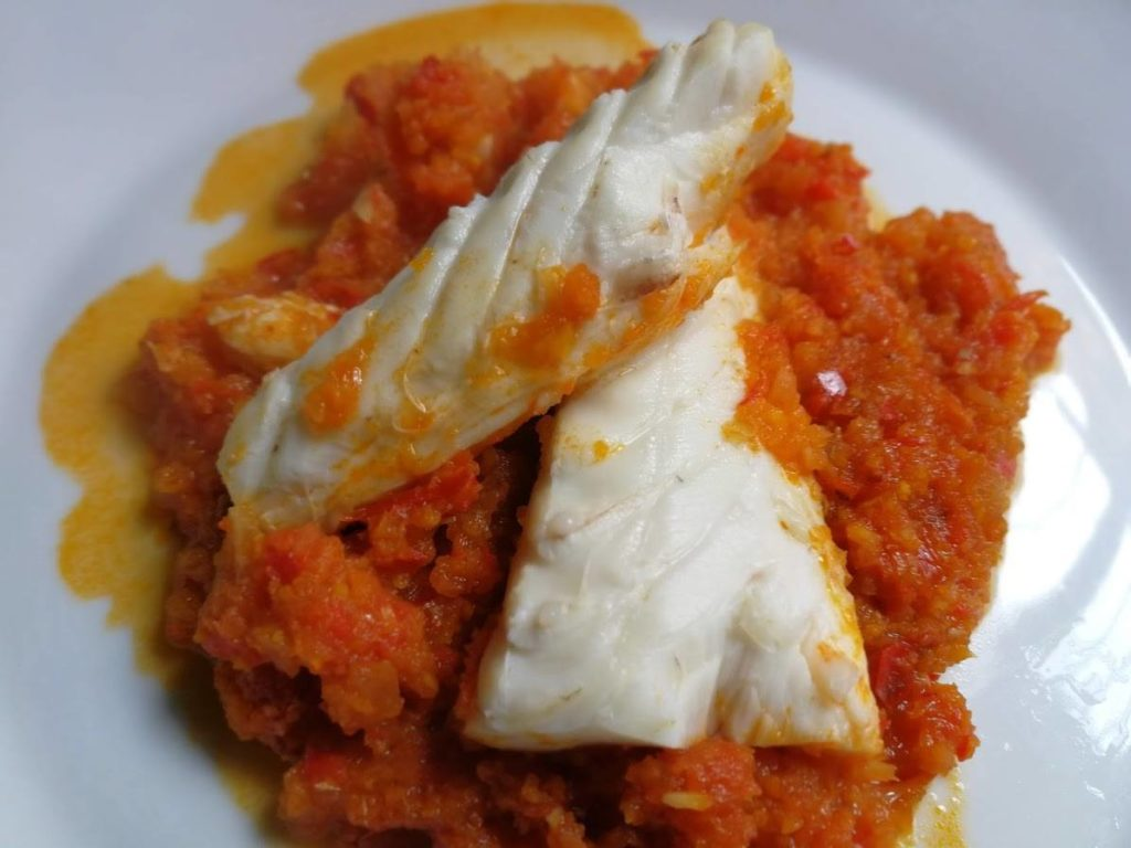 Merluza con salsa de tomate
